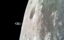 Tin được không: Tấm ảnh Sao thổ 'chạm' Mặt trăng này được chụp bằng Galaxy S8 gắn vào kính viễn vọng