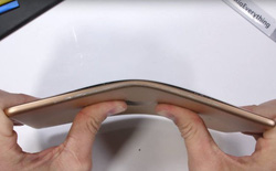 iPad Mini 5 vẫn hoạt động tốt khi bị bẻ cong như quả chuối