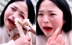 Livestream ăn bạch tuộc tươi sống, vlogger Trung Quốc bị sinh vật này tấn công rách cả da mặt