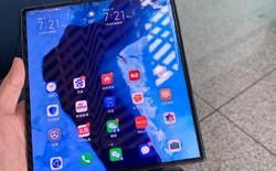 Bắt gặp CEO của Huawei đang dùng điện thoại màn gập Mate X, thiết kế máy đã có vài điểm khác biệt!