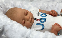 Youtuber triệu sub lấy con trai sơ sinh ra làm mẫu búp bê, bán hơn 7 triệu đồng mỗi con