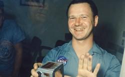 Chân dung nhiếp ảnh gia trở thành người đầu tiên tại Trái Đất được chạm vào bụi Mặt Trăng