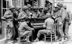 Bạn có biết: Quân đội Mỹ từng thả cả cả dàn nhạc cụ xuống căn cứ cho binh lính giải trí sau những giờ chiến đấu căng thẳng