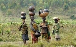 Phụ nữ châu Phi và tuyệt kỹ đội cả thế giới lên đầu, ai không đội được thì ế chồng