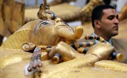 Kho báu giấu kín của Pharaoh Tutankhamun lần đầu tiên được đưa ra khỏi lăng mộ sau gần 100 năm