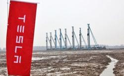 Từ một bãi sình lầy cô quạnh, nhà máy của Tesla ở Trung Quốc xuất xưởng chiếc xe đầu tiên trong chưa đầy 1 năm