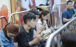 """Fan công nghệ Hà Nội xếp hàng trong trật tự chờ mua OPPO Reno2 F """"1 cho bạn 1 cho gia đình"""