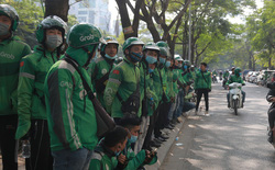 Hà Nội: Hàng trăm tài xế tắt app, tập trung phản đối Grab tăng giá cước