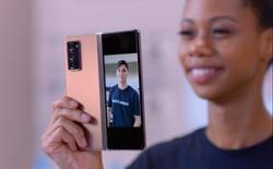 """Samsung đã """"phổ cập"""" các tấm nền màn hình dẻo cho thị trường điện thoại màn hình gập toàn cầu như thế nào?"""