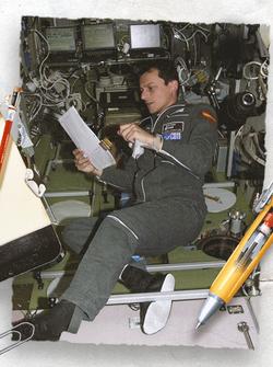Hóa ra chuyện NASA tốn tiền nghiên cứu bút viết trên vũ trụ và