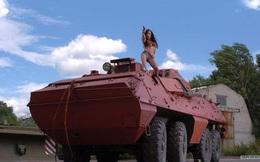 Tại sao lại có xe tăng, tàu chiến, thậm chí cả quân phục mang màu hồng?