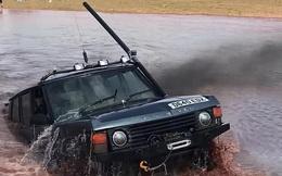 """""""James Bond vùng quê"""" gắn ống thở cho Range Rover Classic rồi lái dưới nước như tàu ngầm"""