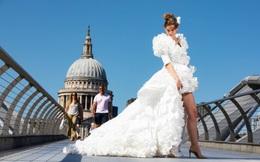 """Mừng ngày gỡ bỏ quy định bắt buộc """"bịt mặt"""" khi ra đường, nhà thiết kế Anh may bộ váy cưới từ 1.500 chiếc khẩu trang y tế"""
