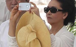 Đệ nhất phu nhân bị 'ném đá' vì dùng iPhone