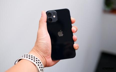 """Trên tay chiếc iPhone bị người Việt """"ghẻ lạnh"""" năm nay: Nhỏ tẹo bằng bàn tay, dùng một tay thì sướng, hai tay thì... sượng"""