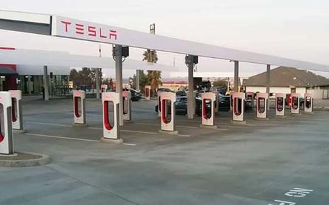 Không có 'bữa trưa miễn phí', xe điện VinFast sẽ phải trả thêm phí nếu dùng trạm sạc của Tesla