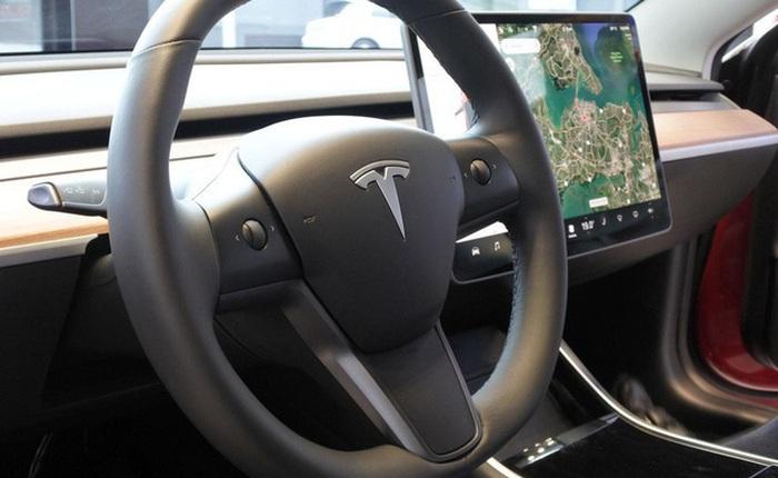 Tesla Model 3 mất lái đâm vào trạm xe buýt ở Bắc Kinh? Tài xế giải thích: 'Tay lái quá nặng, không thể bẻ lái'