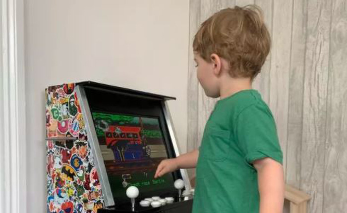 Chỉ tốn 3 triệu đồng, ông bố này đã tự xây dựng được 1 cỗ máy game thùng cực chất để con trai tha hồ chơi loạt game kinh điển