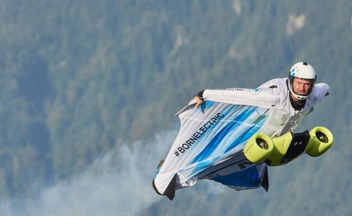 Ngạc nhiên với bộ đồ bay điều khiển bằng điện của BMW, động cơ siêu khủng cho phép lao đi với vận tốc 300km/h