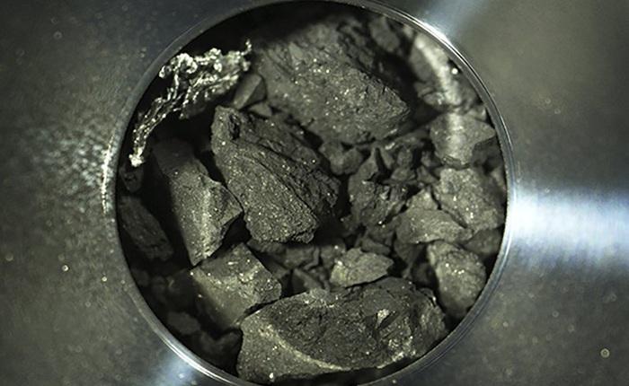 Mẫu vật được tàu vũ trụ Nhật lấy từ thiên thạch cách xa 300 triệu km trông như than củi