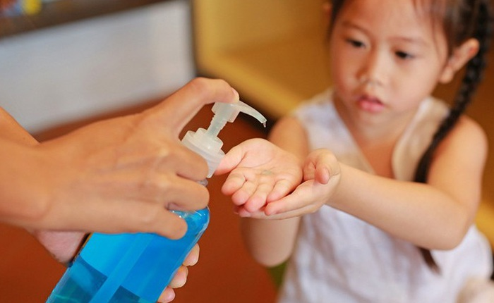 Phòng dịch Covid-19: Nước rửa tay khô không an toàn với trẻ trong những trường hợp nào?