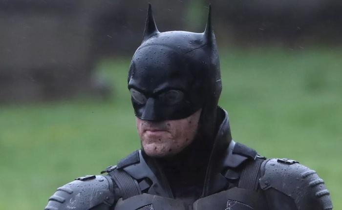 Lộ ảnh mới của The Batman 2021: Người Dơi vận bộ trang phục chưa từng có tiền lệ trên phim, cưỡi xe Bat-bike phân khối lớn ngầu lòi