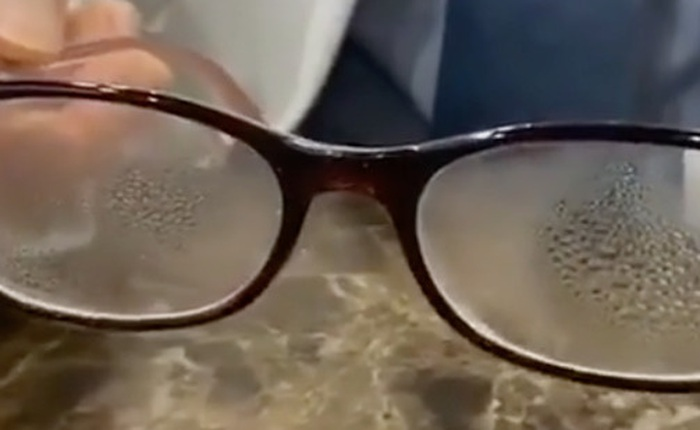 Dành cho team cận thị giữa cơn bão virus corona: Cách đeo khẩu trang cực đơn giản để mắt kính không bị mờ vì hơi nước