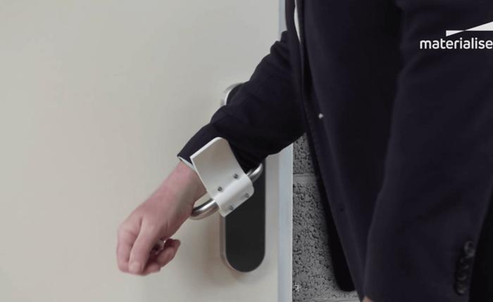 Với món đồ đơn giản này, bạn có thể mở cửa mà không cần chạm vào tay nắm
