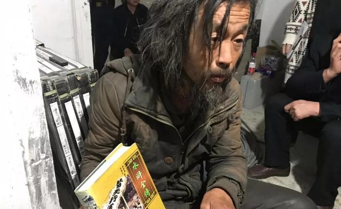 """Chuyện về """"bậc thầy lang thang"""" ở Thượng Hải: Cuộc sống 7 năm đi bụi bình yên bất ngờ rơi vào bể khổ khi nổi tiếng trên MXH"""