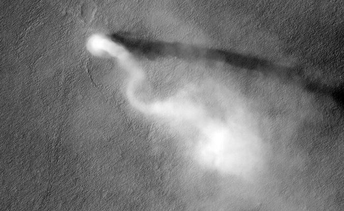 """Xe tự hành của NASA ghi lại được cảnh """"quỷ bụi"""" khổng lồ di chuyển trên bề mặt Hỏa Tinh"""