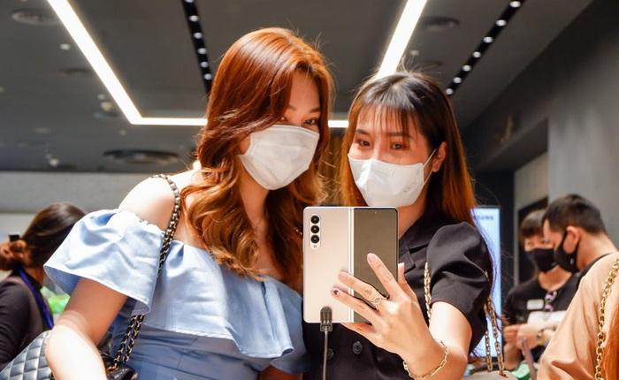 Người dùng trẻ 'phát cuồng' với bộ đôi Galaxy Z Fold3, Z Flip3 khi nhận hàng tại Samsung68 và Cửa hàng trải nghiệm Samsung