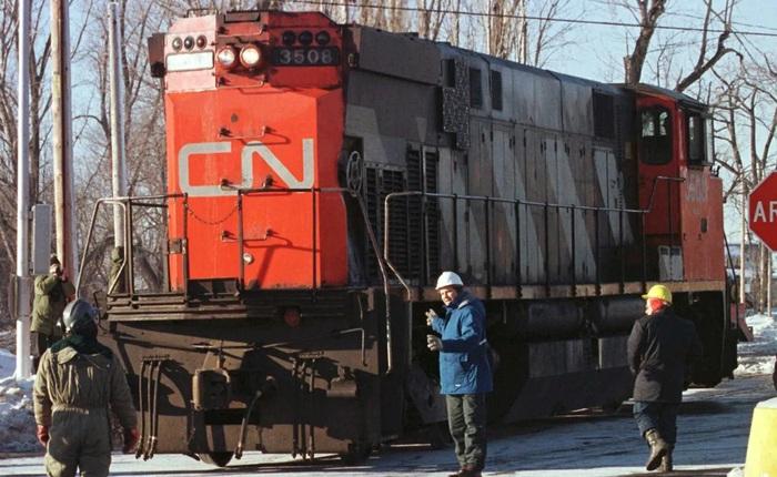 Mất điện, một thị trấn ở Canada kéo đầu tàu diesel xuống phố làm máy phát khẩn cấp