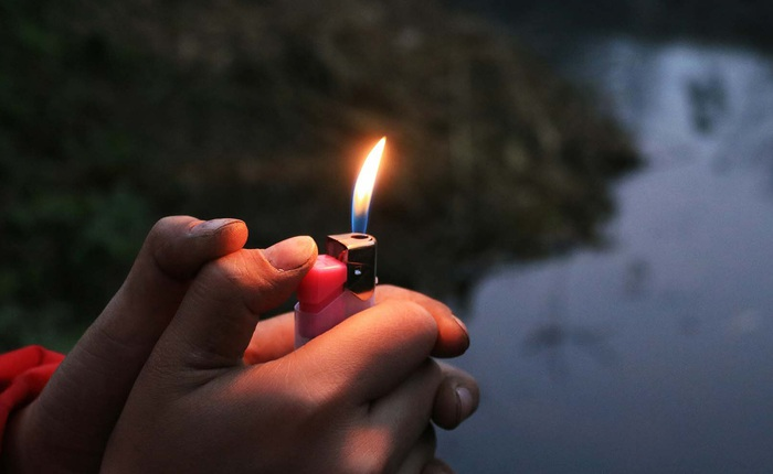 Hỏa hoạn quá nhiều, địa phương này giờ chỉ bán bật lửa cho người trên 18 tuổi