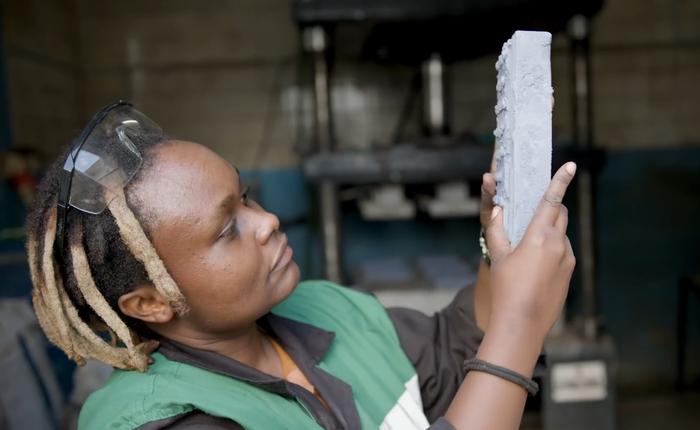Cô kỹ sư mở nhà máy tái chế rác nhựa thành gạch, thành phẩm nhẹ và bền chắc hơn gạch thường, đã xử lý được tới 20 tấn nhựa