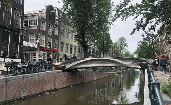 Cận cảnh cây cầu thép không gỉ được in 3D đầu tiên trên thế giới