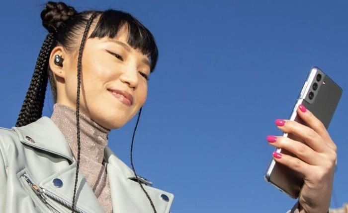 Góc kinh ngạc: Apple sử dụng Samsung Galaxy S21 để quảng cáo tai nghe của mình