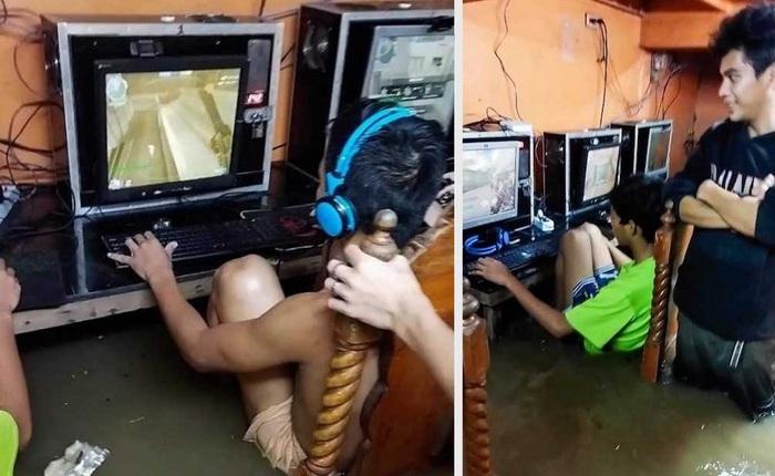 Game thủ nhí phớt lờ nguy cơ bị điện giật, chìm đắm trong game khi quán net ngập nước lũ