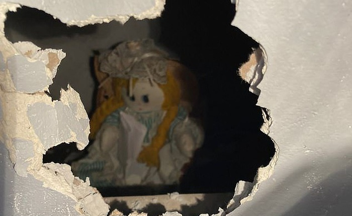 """Vừa mua lại căn nhà, chàng giáo viên phát hiện được khuyến mãi """"búp bê ma ám"""" như Annabelle"""