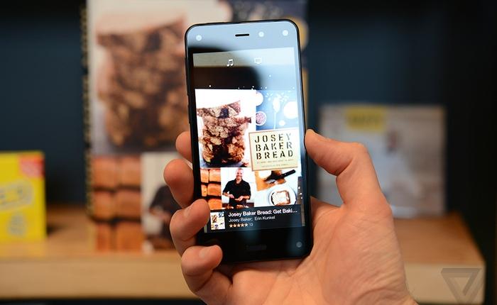 Người dùng quay lưng với Fire Phone của Amazon