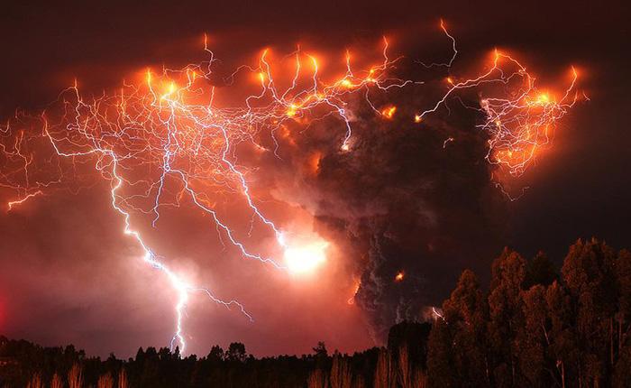 [Picture] Vẻ đẹp không tưởng khi sét đánh trúng núi lửa