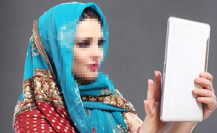 Quan chức Ấn Độ mất việc vì chụp ảnh selfie với nạn nhân bị hiếp dâm