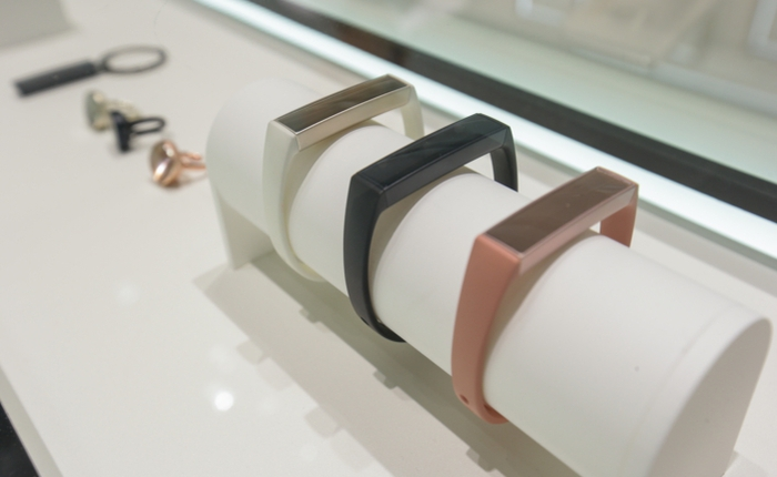 Samsung ra mắt Charm, thiết bị đeo theo dõi sức khỏe giống Mi Band