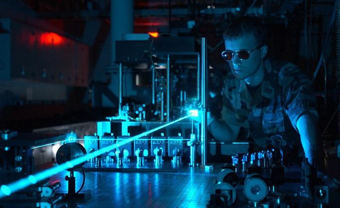 Các nhà khoa học vừa hóa lỏng được cả ánh sáng, biến một tia laser thành dòng chảy của dung dịch!?!