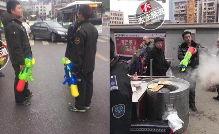 Trung Quốc: Quản lý đô thị được trang bị súng phun nước để dập tắt bếp than trái phép