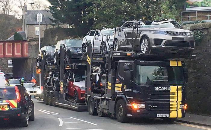 Góc đen đủi: Một loạt xe Jaguar, Range Rover mới cứng biến thành mui trần sau khi được chở qua gầm cầu