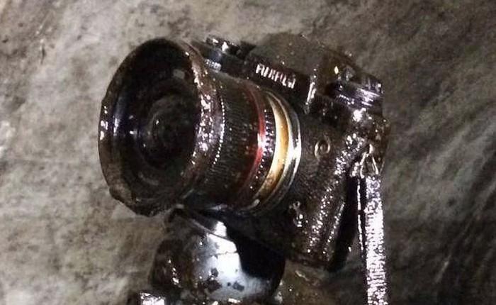 Câu chuyện buồn nhưng kết có hậu: Rơi máy ảnh tại mỏ dầu, vẫn lau khô và dùng được tiếp