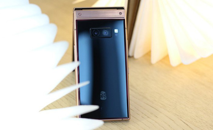 Cận cảnh W2019, smartphone nắp gập giá bằng hai chiếc iPhone XS Max của Samsung