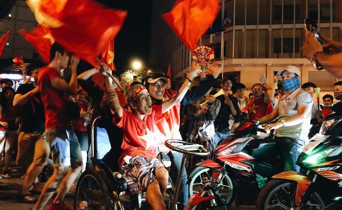 Không khí cổ vũ và ăn mừng Việt Nam vô địch AFF qua lăng kính của Galaxy A9 (2018) và iPhone X