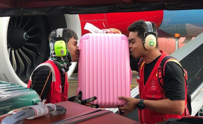 Nhân viên bốc xếp của AirAsia phải ôm, hôn từng chiếc vali sau khi bị tố quăng quật hành lý