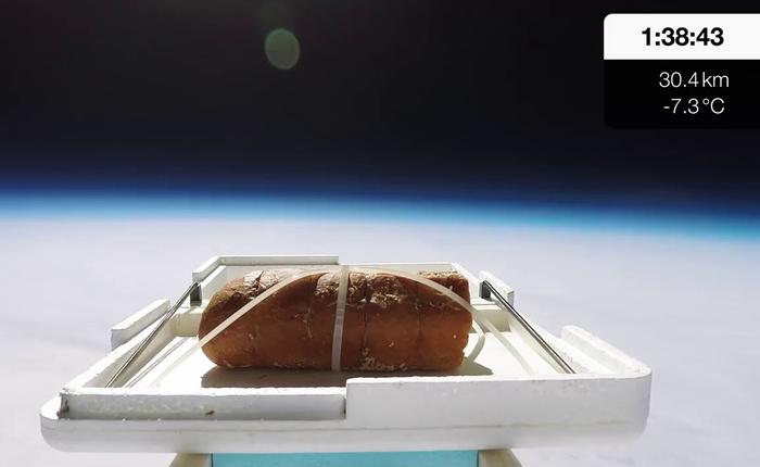 Youtuber đem bánh mì bơ tỏi ra ngoài không gian chỉ để xem vị của nó ra sao